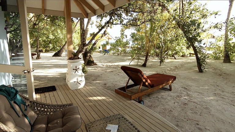 ellaidhoo-strandbungalow-terrasse