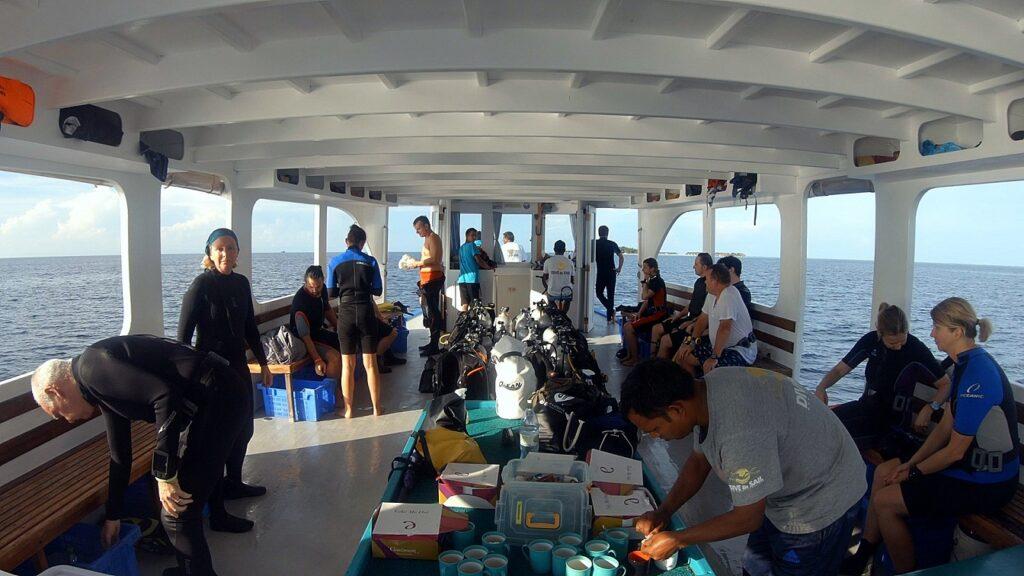 malediven-tauchboot